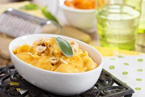 makaroner och ost med butternut squash foto