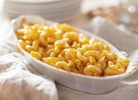 skål med bakad makaroni och ost foto