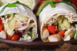pitabröd rulle med kyckling och grönsaker makro, horisontella foto
