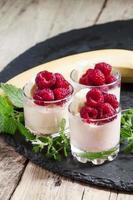 glass med banan och hallon foto