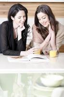 två vänner som läser recept foto
