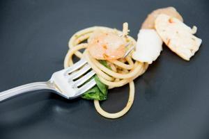 italienska recept: spaghetti och skaldjur foto