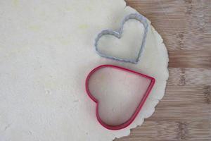 sockerkakadeg med hjärtformade skärare foto