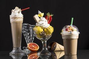 iskaffe och iskaffe-take-away och napolitansk kopp dekorerad foto