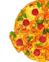 varm färsk pizza med salami foto