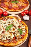 hälsosamma grönsaker och svamp pizza foto