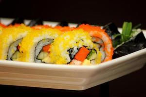förrätt japansk färsk tallrik med sushi foto