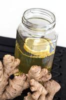 citron ingefära te och ingefära rot foto