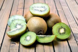 kiwi på träbord foto