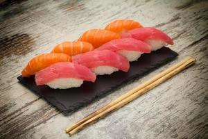 lax och tonfisk sushi nigiri foto