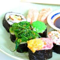 japansk mat med shushi foto
