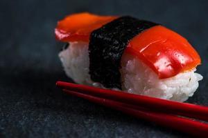 japansk sushi med pinnar foto