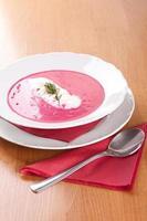 bondesoppa, grädde och röda rödbetor foto