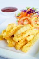 pommes frites på plattan och ketchup foto