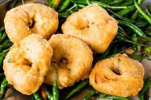 uluntu vadai med grön chilipeppar