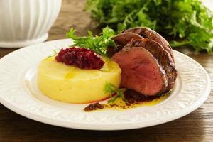 stekt kalvkött med potatismos och plommonchutney. foto