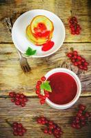 röda vinbär sylt i den vita skålen foto