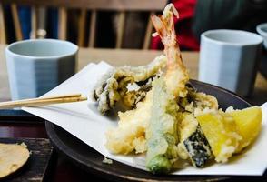 blandad varm tempura på en restaurang i tokyo foto