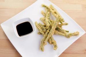 gröna bönor tempura med doppande sås foto