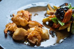 japansk mat - ebi tempura med grönsaker foto