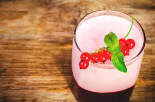 röda vinbär souffle i glaset foto