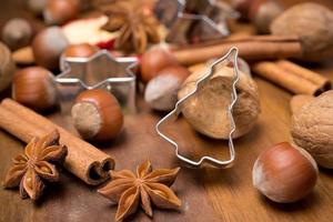ingredienser för julbakning - nötter, kryddor, närbild foto