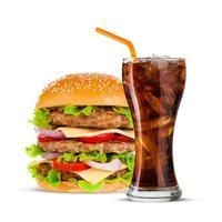 cola och stor hamburgare på vit bakgrund foto