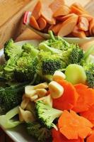 färska grönsaker - broccoli broccoli - morötter. foto