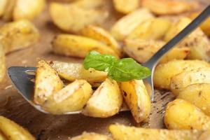 rostad potatis och basilika foto