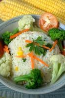 stekt ris med blandade grönsaker foto