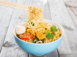 heta och kryddig curry instant nudlar foto