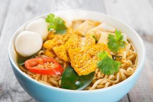 närbild kryddig curry instant nudlar foto