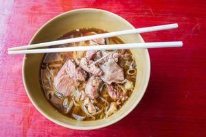 asiatisk nudel med kokt fläsk i skålen