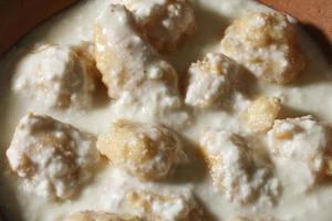 dahi vada - ett smakfullt mellanmål som flyter i ostmassa foto