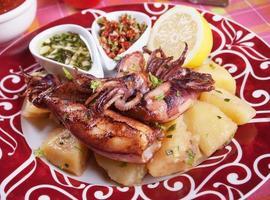 stekt bläckfisk med potatis och dressingar foto