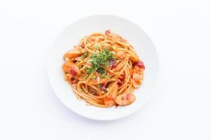 spagettin på en vit platta. foto