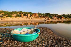 korgbåt på co thach beach tidigt på morgonen, Vietnam foto