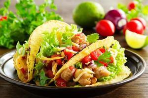 tacos med griskött och tomatsalsa. foto