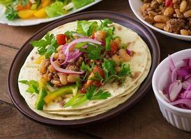 mexikanska tacos med kött, bönor och salsa