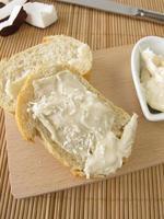 vit chokladkräm med kokosnöt på bröd foto
