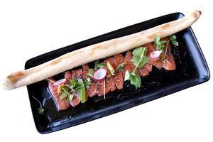 carpaccio tonfisk med en baguette foto