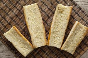 brödskivor med vitlökspridning foto