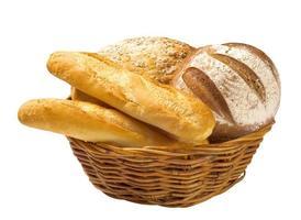 brödbröd och baguetter i en korg foto