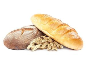 bröd och veteöron på vit bakgrund. foto
