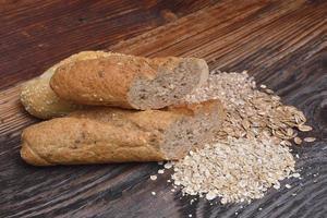 bröd och korn på träbakgrund foto