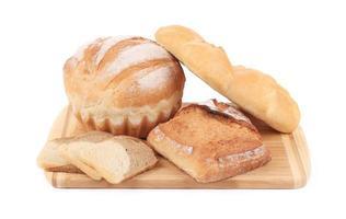olika typer av bröd på skärbräda. foto