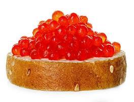 röd kaviar med isolerat bröd foto