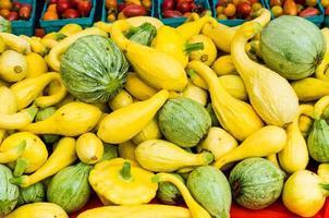 squash i en bulkskärm på marknaden foto