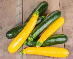 zucchini och gul squash på bordet foto