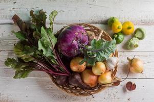 olika färska grönsaker foto